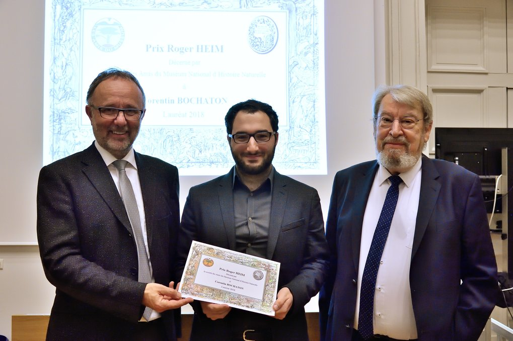 Corentin Bochaton received the Roger Heim award from Bernard Bodo and Bruno David, President of the Muséum national d'Histoire naturelle.