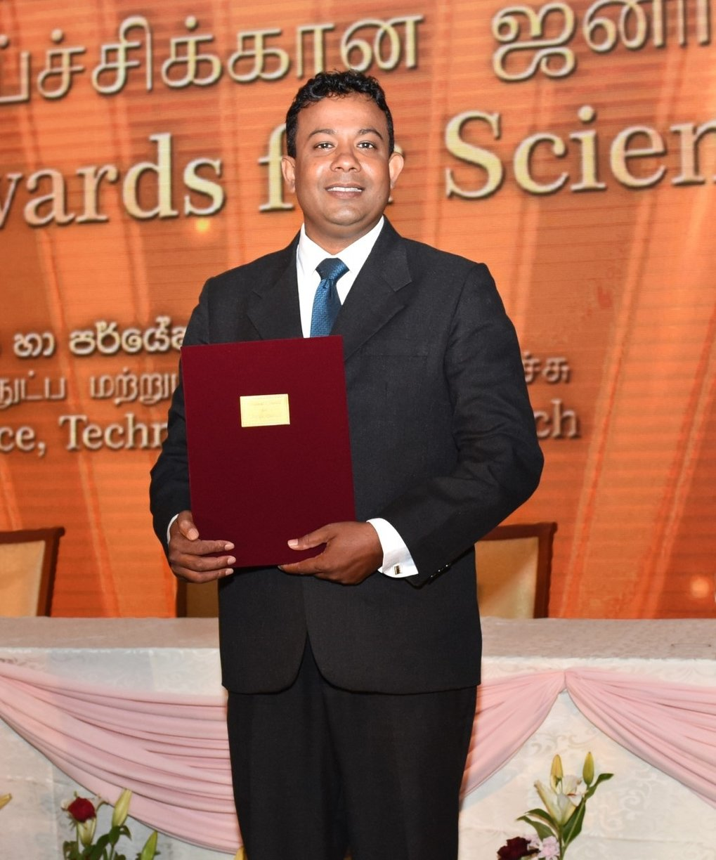 Oshan Wedage receives Sri Lankan President's Award for Scientific Research