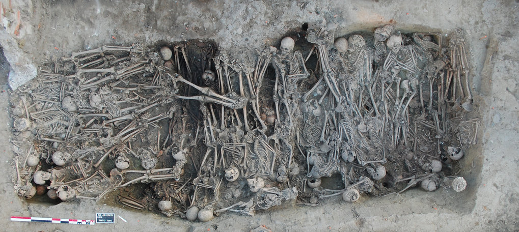 "Mass grave dating to the Black Death period, identified in the ""16 rue des Trente Six Ponts"" archaeological site in Toulouse, France."