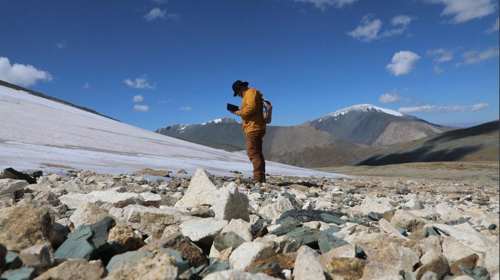 Archäologische Untersuchung am Rande eines Eisfeldes im Altai-Gebirge.