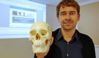 Johannes Krause presents a lecture for the KinderUni for the Museumslöwen e.V. Gotha at the Gotha Public Library about our relationship with Neanderthals.