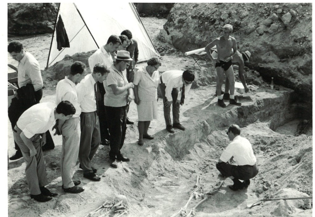 Picture of the graveyard's archaeological excavation during the visit of a delegation of the district of Upper Bavaria. The excavation started more than 50 years ago.