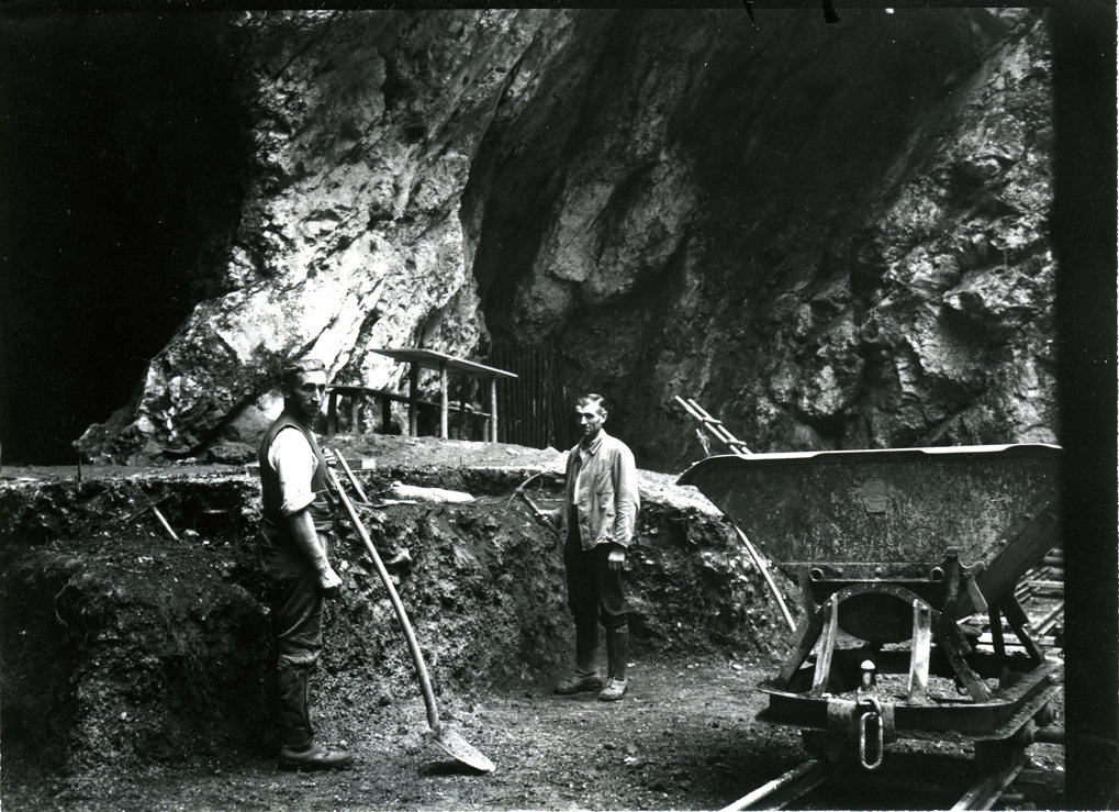 Excavations at the entrance of Hohlenstein-Stadel cave in 1937, the year when the Neanderthal femur was discovered.